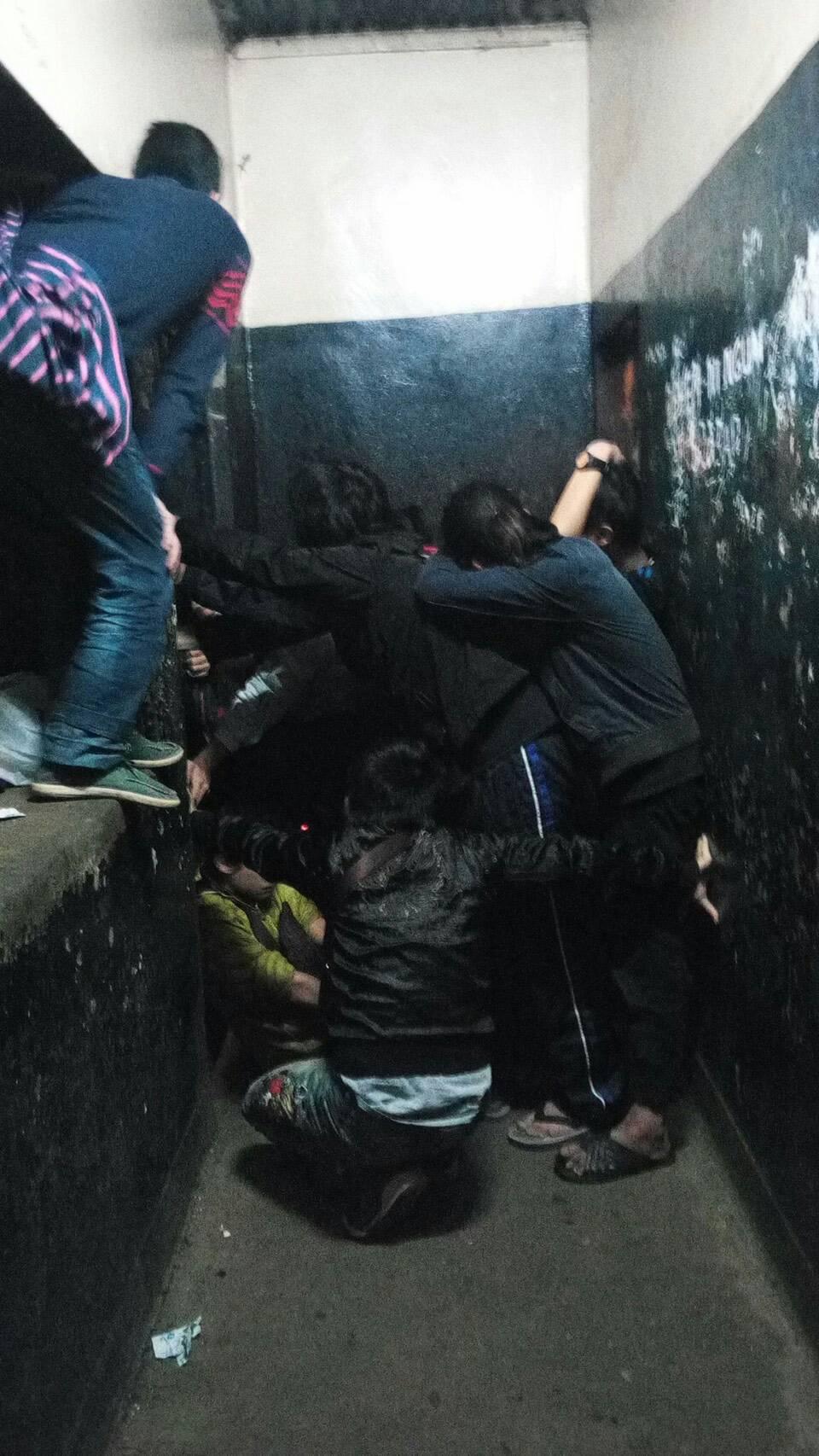 肯亞警察局試圖強制把台人帶去機場,被押台人強力抵抗,肯亞警方試圖用大錘棍子攻擊,台人透過越洋電話急喊「快撐不下去了」。(家屬提供)