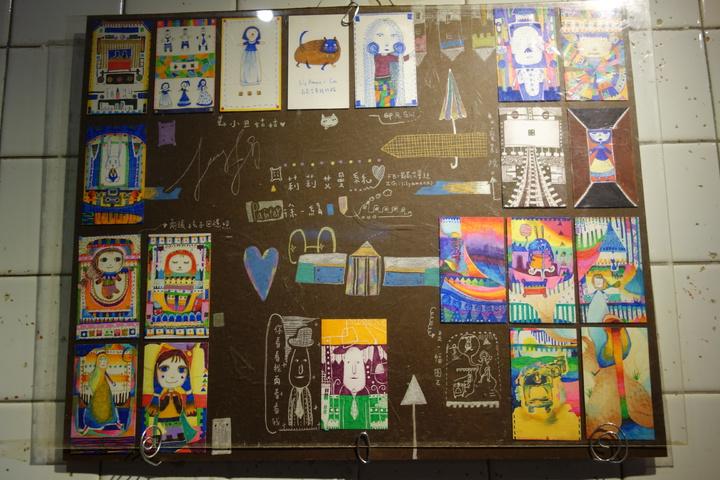 三民家商美容科二年級的徐一絹以原子筆創作,天馬行空畫出心中的浪漫世界。記者劉星君/攝影