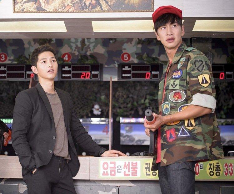 李光洙(右)曾在「太陽的後裔」客串。圖/摘自kbs