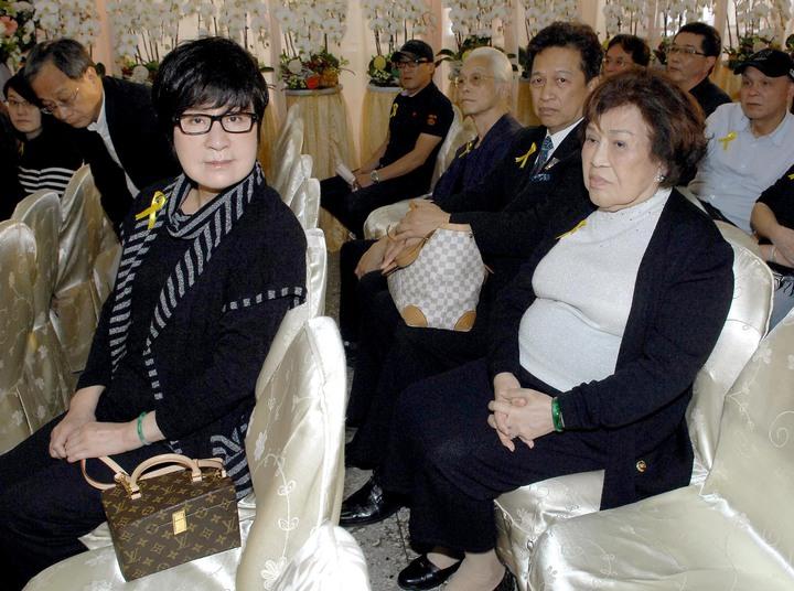 葉青(左)與周遊參加阿嬤的告別式。圖/華視提供