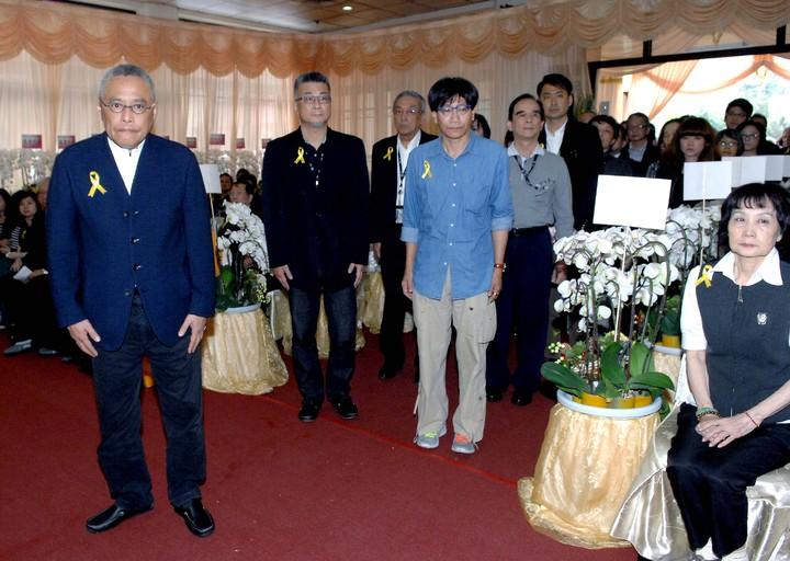 華視總經理王麟祥(左)攜華視主管前往致哀。圖/華視提供