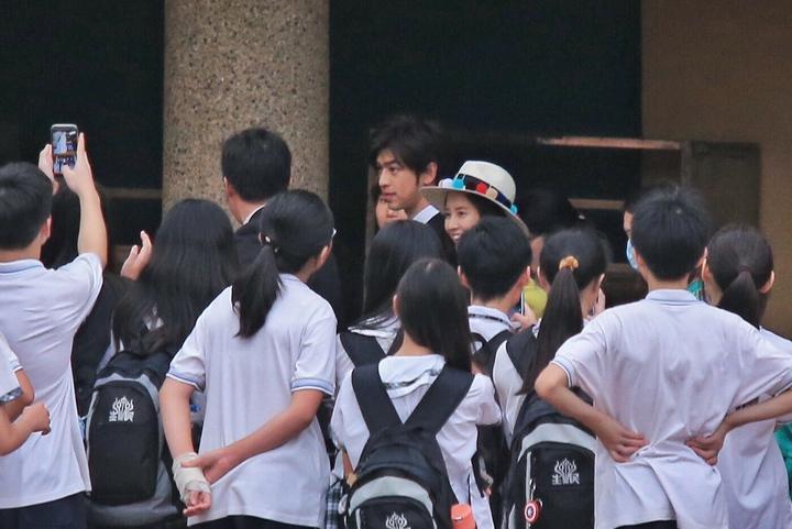 學生們列隊圍觀。記者林伯東/攝影