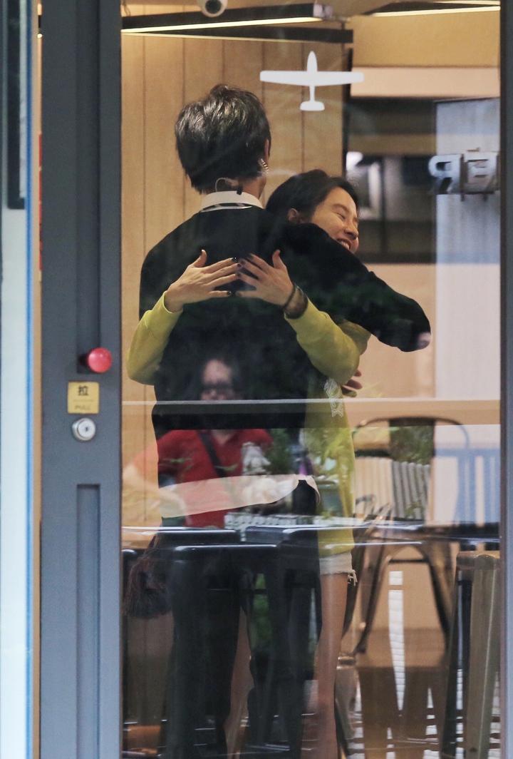 陳柏霖與宋智孝在咖啡店一見面就相擁在一起。記者林伯東/攝影