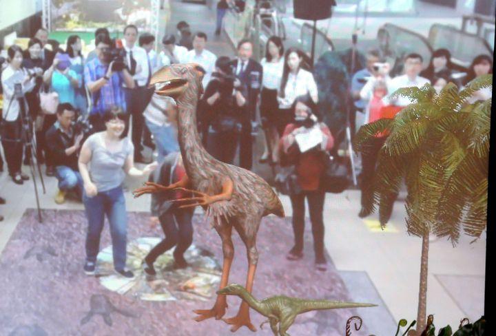 想高雄捷運文化中心站的穿堂今天起到七月底,透過擴增實境可以和恐龍「共舞」,想體驗一下侏儸紀境況的民眾,不要錯過了。記者楊濡嘉/攝影