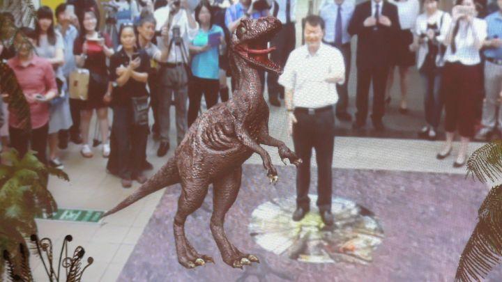 高雄捷運文化中心站的穿堂今天起到七月底,透過擴增實境可以和恐龍「共舞」,高雄市觀光局長許傳盛正體驗碰觸虛擬恐龍的驚奇。記者楊濡嘉/攝影