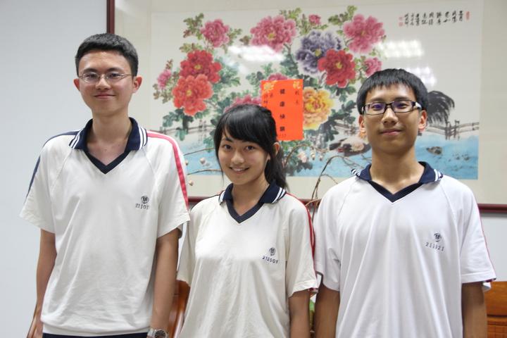 彰化精誠中學陳沐恩(中)以及許雋和(左)考取台大。記者林敬家/攝影