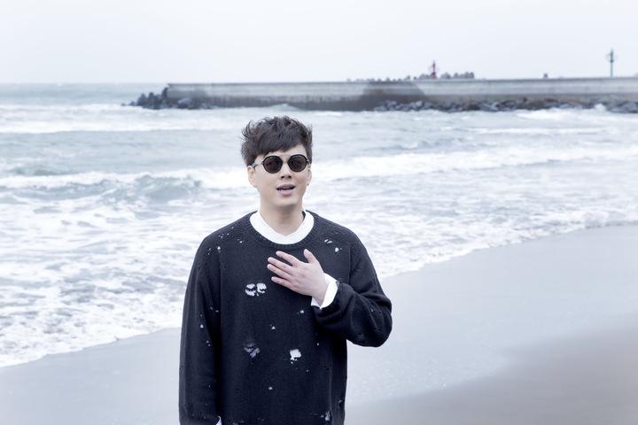 蕭煌奇在寒流來襲當天到三芝海邊拍MV。圖/華納音樂提供
