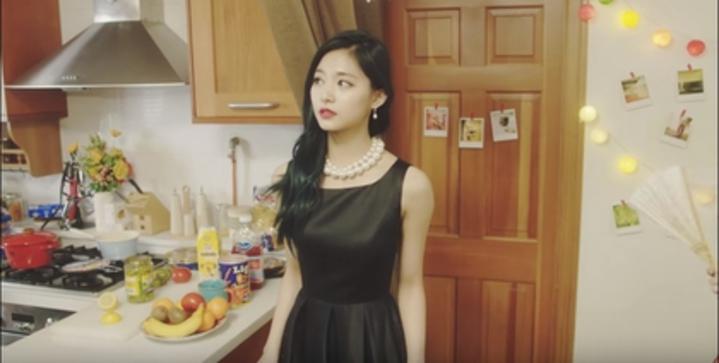 周子瑜新歌穿上優雅黑洋裝。圖/摘自Youtube