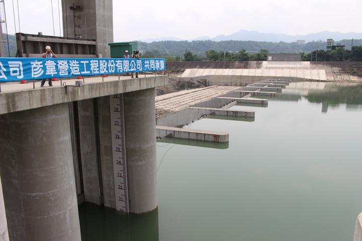 水利署北區水資源局局長黃宏莆表示,中庄攔河堰及調整池工程是石門水庫執行水力排砂的重要供水配套,還創新科技建造國內最大傾倒式活動堰,預計在明年颱洪期就能發揮功能。記者張雅婷/攝影