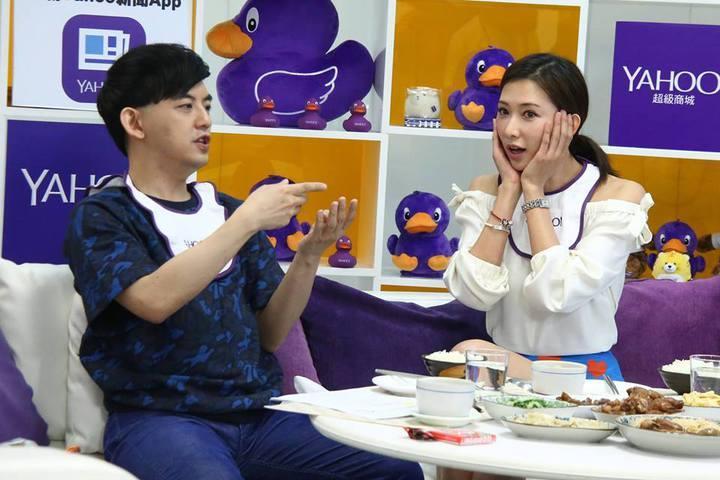 黃子佼(左)訪林志玲時搜了女神的包包,還把她放包裡的糖果拿出來要送給觀眾。圖/黃子佼臉書
