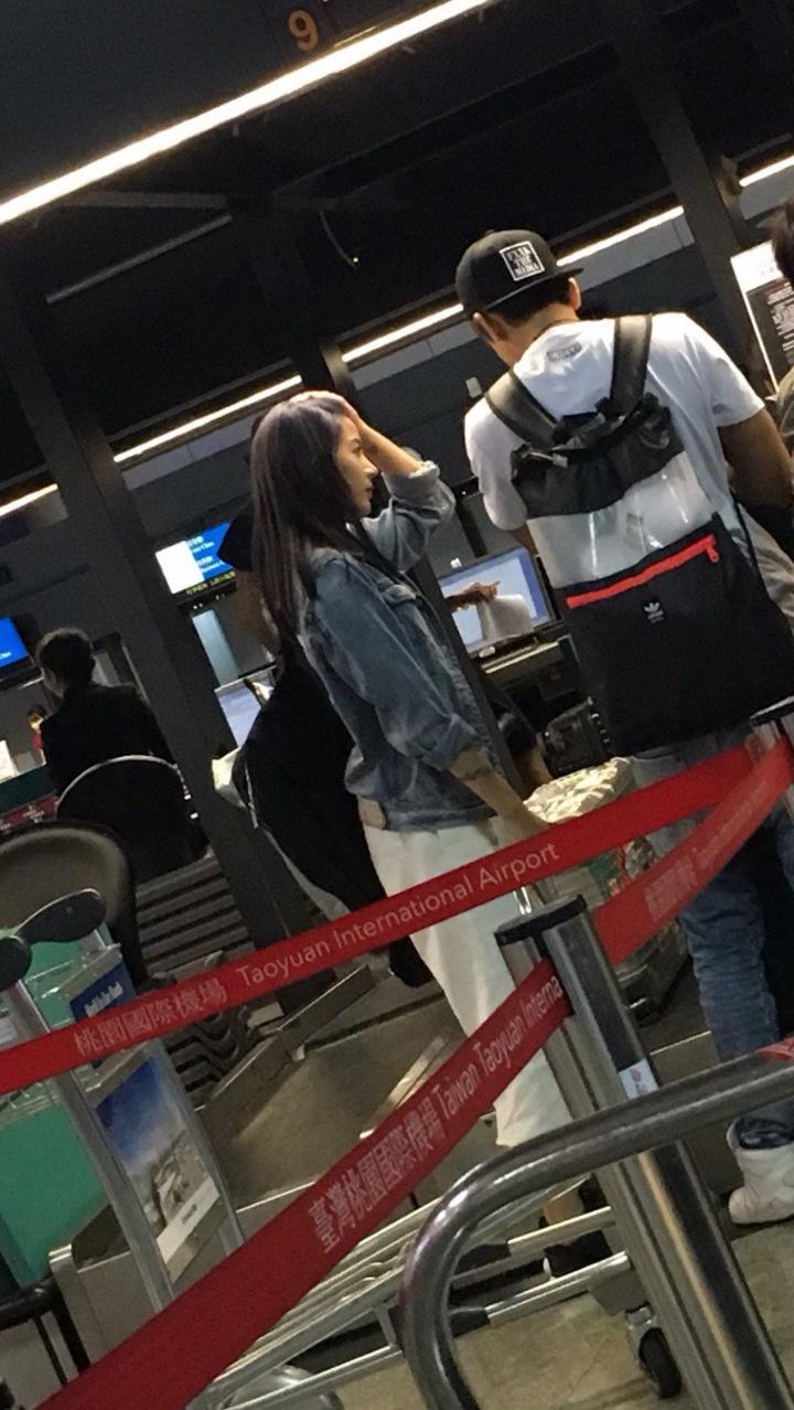 陳艾琳和阿翔27日晚間現身桃園機場。圖/摘自PTT