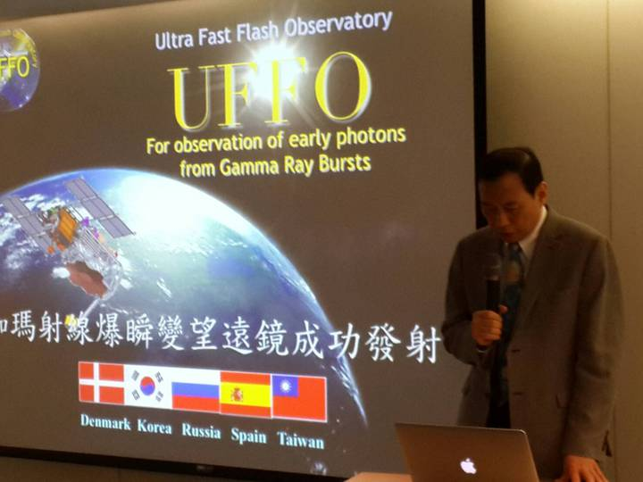 台大講座教授陳丕燊教授今天親自宣布成功發射的喜訊。鄭語謙/攝影