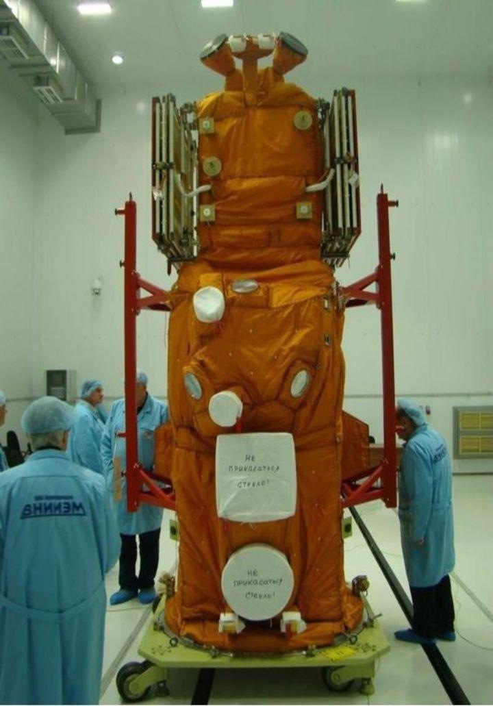 UFFO探索型望遠鏡搭載廣角X光、迴轉式2個望遠鏡主體,能監測X光、紫外光及可見光3種光源,其中迴轉式望遠鏡收到訊號後,能快速轉動反射鏡對準光源,伽瑪射線爆爆發1到2秒鐘內就能開始觀察。圖/台大提供