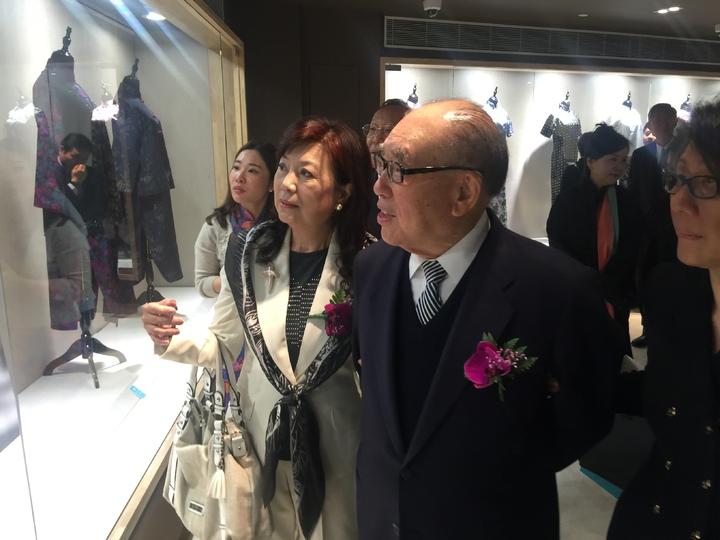 蔣家第三代長媳蔣方智怡(圖左)和前行政院長郝柏村(圖右),在開幕式後參觀了特展,並頻頻對其中的展品和歷史事件發表看法。記者杜宗熹╱攝影