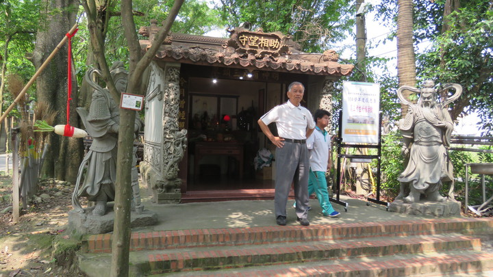 義峰高中欣逢媽祖壽誕今天舉辦考生祈福感恩季,創辦人張天來(左)在廟前說明「守望相助」廟的由來。記者胡瑋芳/攝影