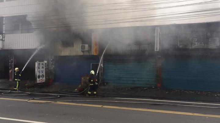 大村鄉中正西路法華寺今晨失火,消防人員以水柱灌救。照片/消防局第二大隊提供