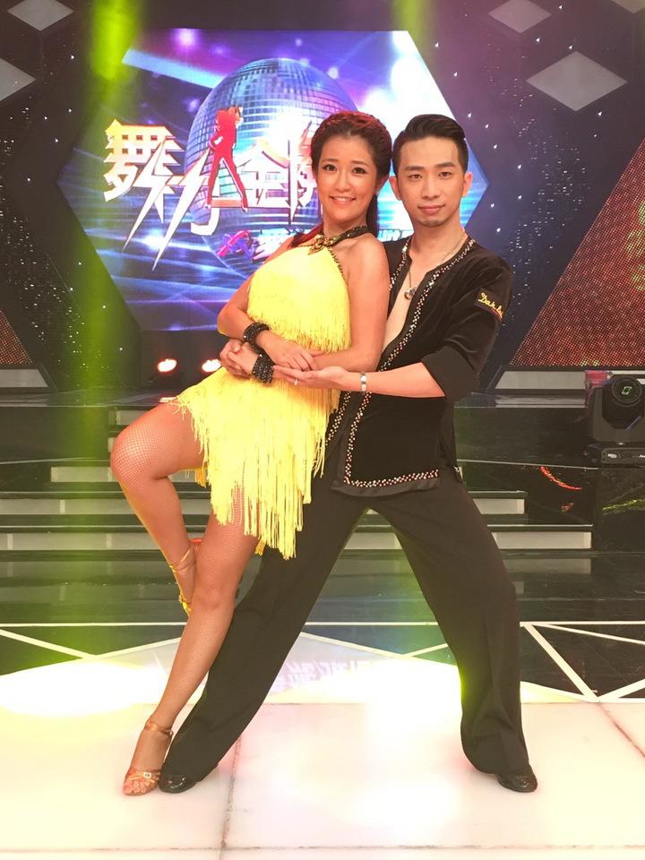 郭亞棠(左)為節目勤練國標。圖/民視提供