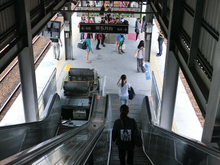 高雄火車站第五月台今天上午10點50分發生手扶梯故障,通往天橋的電動手扶梯疑似卡到異物,突然停剎,當時梯上擠滿旅客,急停後乘客重心不穩往後跌,共7人受傷5人送醫。   記者歐陽良盈/攝影