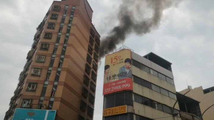 台南市中西區麗晶大樓,今天發生9樓起火,冒出大量濃煙。記者黃宣翰/攝影