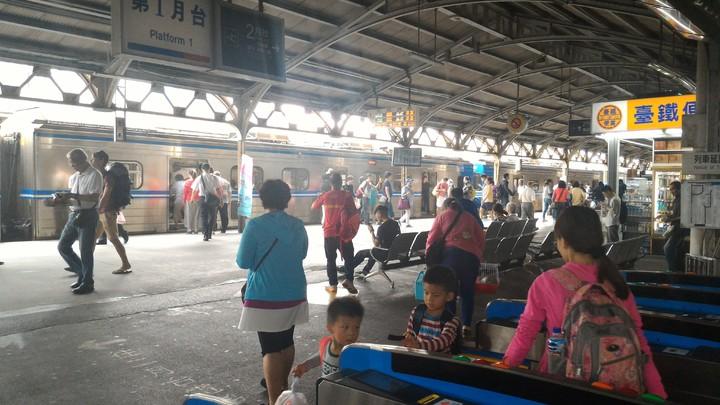 台鐵台南站母親節將加開4列次莒光號,疏運返鄉過節旅客。記者黃宣翰/攝影