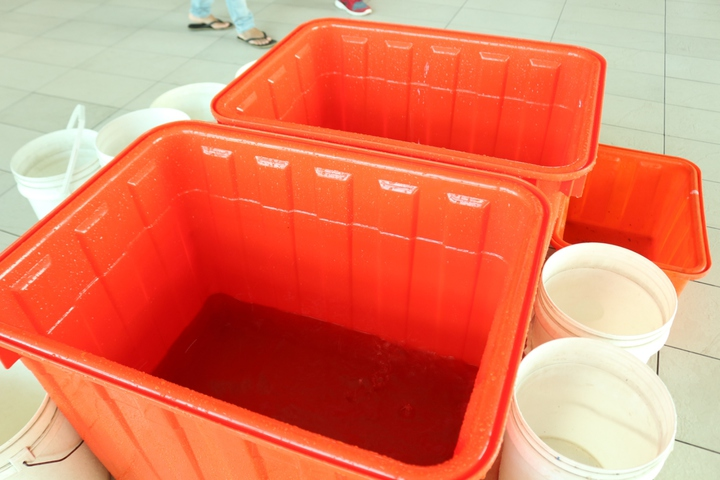 雲林交通樞紐斗六火車站逢雨必漏,台鐵人員緊急拿著黃色及白色的水桶承接漏水。記者胡瑋芳/攝影