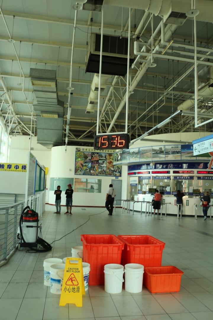 雲林交通樞紐斗六火車站逢雨必漏,民眾不滿地說車站成了聽雨軒。記者胡瑋芳/攝影