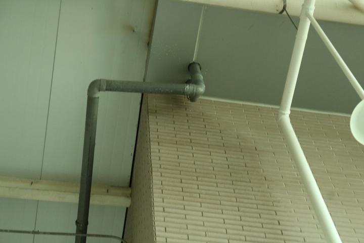雲林交通樞紐斗六火車站逢雨必漏,其中屋頂排水管滴滴答答的漏不停。記者胡瑋芳/攝影