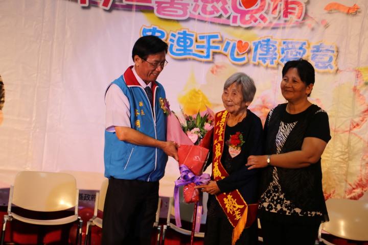 南投縣長林明溱(左)頒獎表揚縣模範母親楊韻齡等15人送上花束祝福。記者黃宏璣/攝影