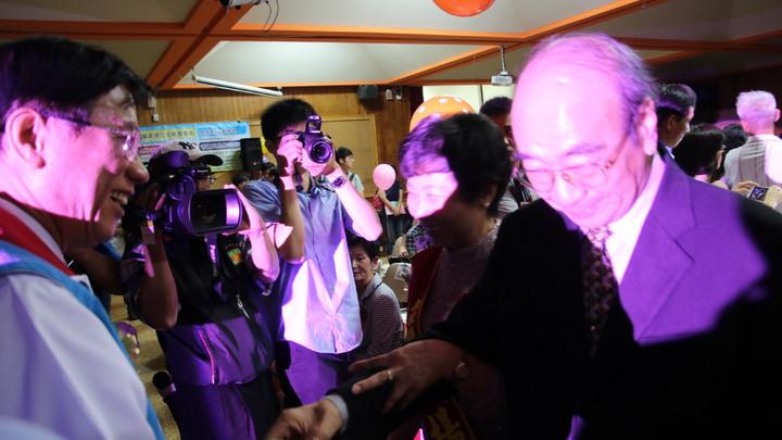 南投縣長林明溱(左一)頒獎表揚縣模範母親楊韻齡等15人,模範母親走過星光大道接受祝福。記者黃宏璣/攝影