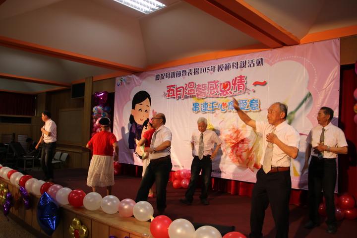 南投縣長林明溱獎表揚縣模範母親楊韻齡等15人,安排歌舞表演祝賀。記者黃宏璣/攝影