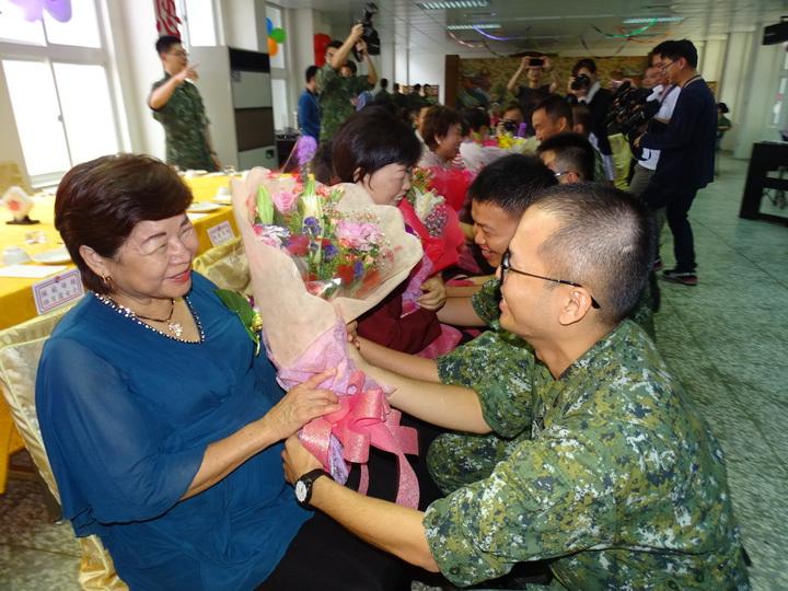 慈母日活動,安排官兵為模範母親獻花,場面溫馨感人。記者蔡家蓁/攝影