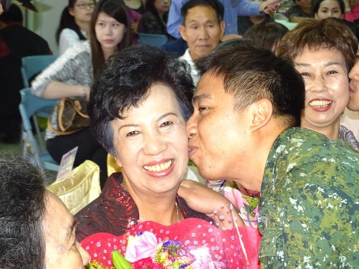 獲得國軍模範媽媽殊榮的陳寶珠今接受表揚,兒子孫維廷獻花也獻吻,場面感人。記者蔡家蓁/攝影