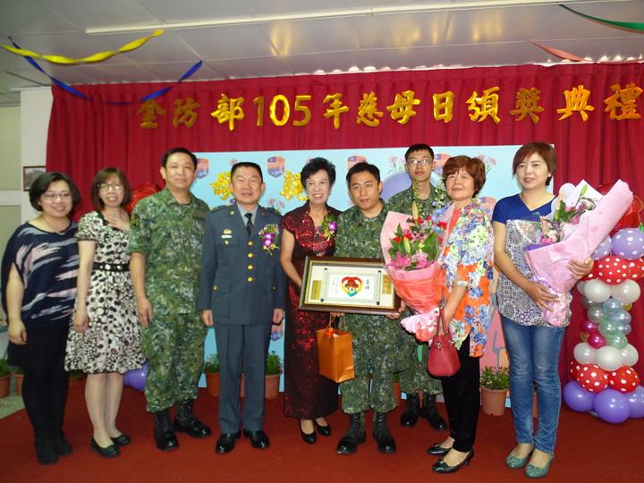 獲得國軍模範媽媽殊榮的陳寶珠昨接受表揚,家人獻花,場面感人。記者蔡家蓁/攝影