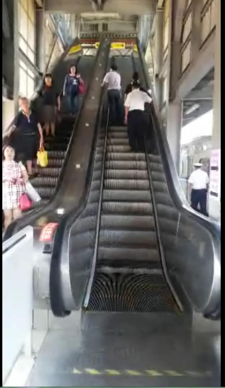 台鐵高雄站第五月台今天下午電扶梯(右)測試運轉。記者劉星君/翻攝