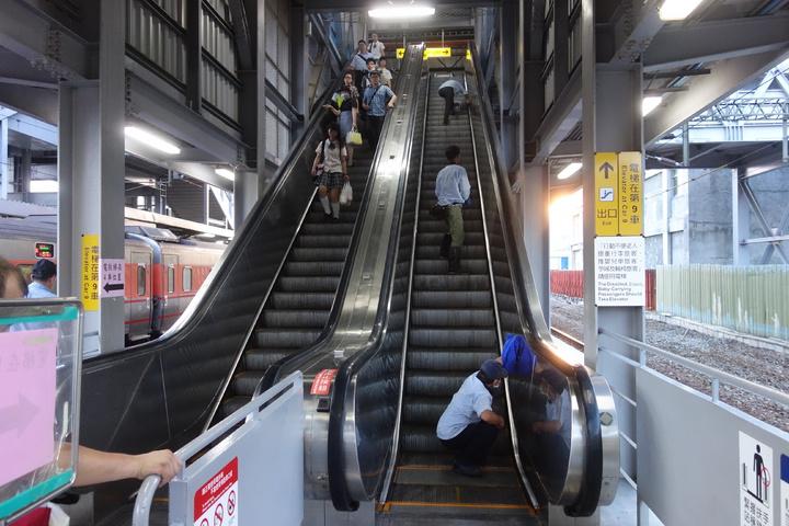 台鐵高雄站第五月台電扶梯(右)故障異常,今天下午電扶梯測試運轉,為求謹慎尚未開放通行。記者劉星君/攝影