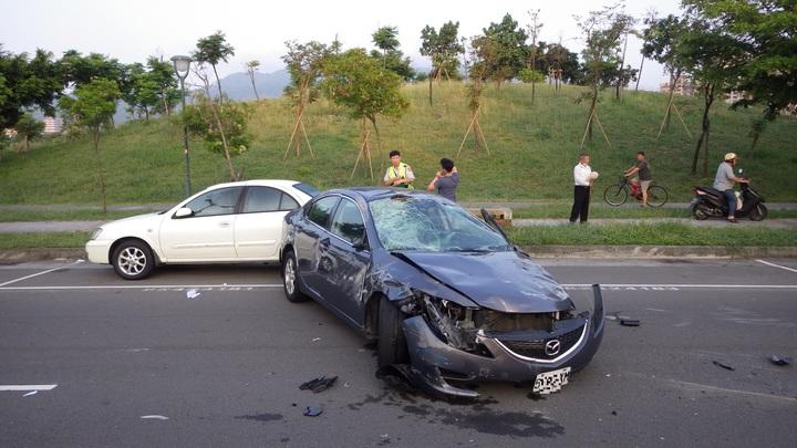 林男酒駕肇事,轎車撞到保險桿碎滿地。記者陳維鈞/翻攝