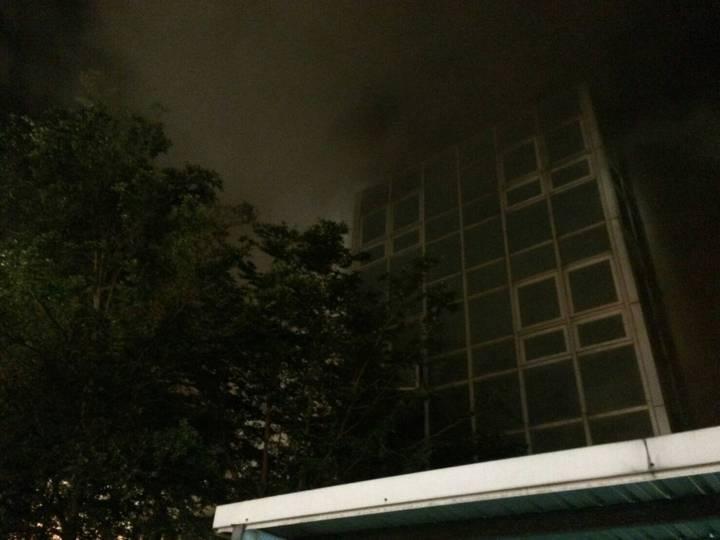 桃園市埔心火車站凌晨火警,車站外可以看見濃煙竄升。記者鄭國樑/翻攝
