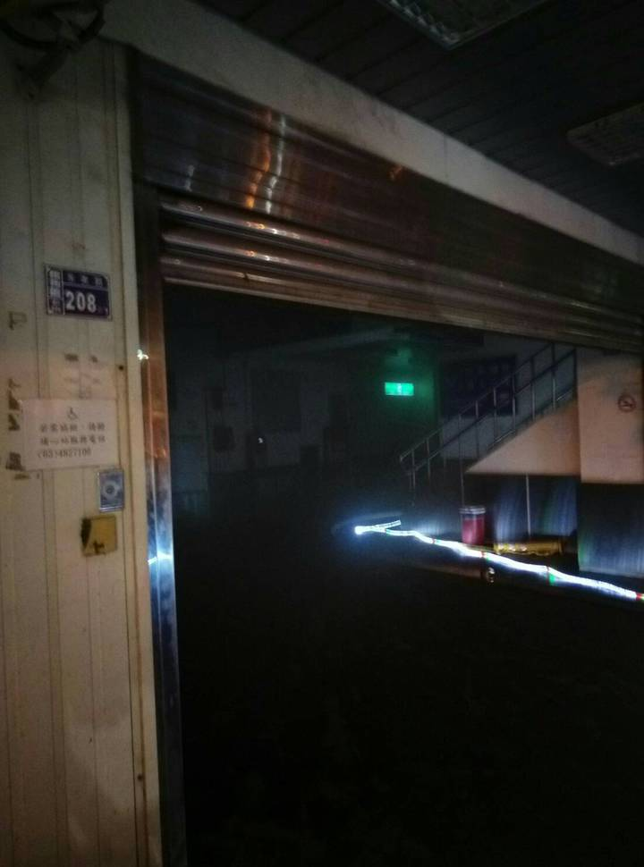 臺鐵桃園埔心站售票機房火警,凌晨火勢撲滅後現場仍一片漆黑。記者鄭國樑/翻攝