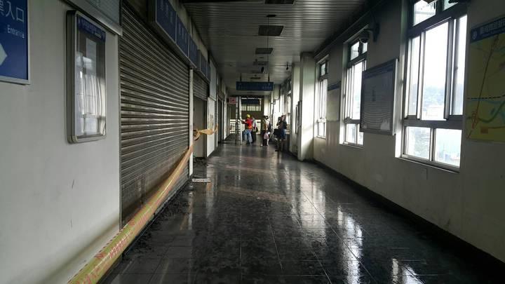 台鐵桃園市埔心站火警,現場上午封鎖,原本該是人潮的走道空無一人。圖/楊梅警分局提供