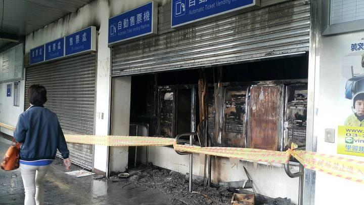 桃園埔心火車站售票機被燒毀,現場上午拉封鎖線。圖/楊梅警分局提供