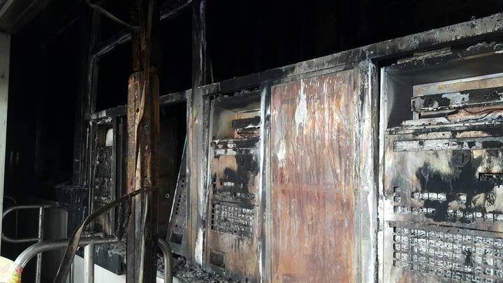 台鐵桃園埔心站火警,燒毀自動售票機。圖/楊梅警分局提供