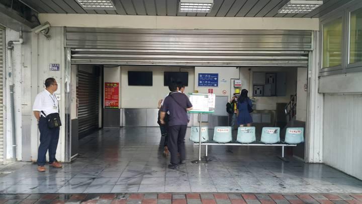 台鐵埔心站火警售票機停擺,站務人員守在現場外隨時向旅客說明乘車方式。圖/楊梅警分局提供