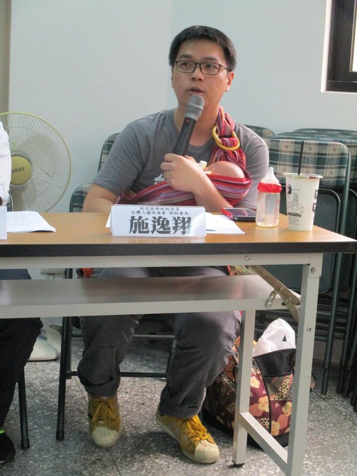 台灣人權促進會副秘書長施逸翔,抱著從母姓的第2個孩子出席。記者陳宛茜/攝影