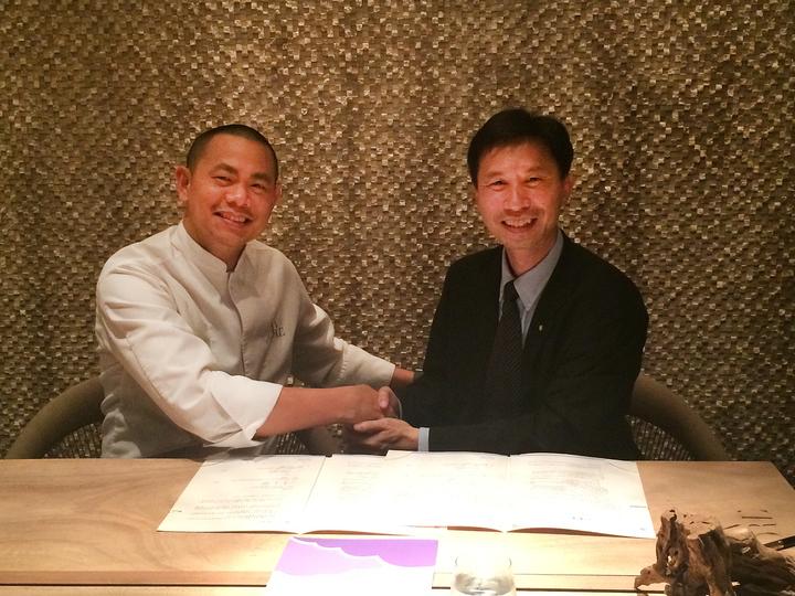 華航與國際名廚江振誠(左)合作,為A350新機歐洲航線設計機上餐點,由華航新加坡分公司總經理陳宗祺(右)代表簽約。圖/華航提供