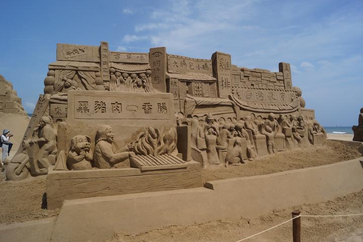 以台灣夜市熱鬧風情為題的沙雕像。記者曾健祐/攝影