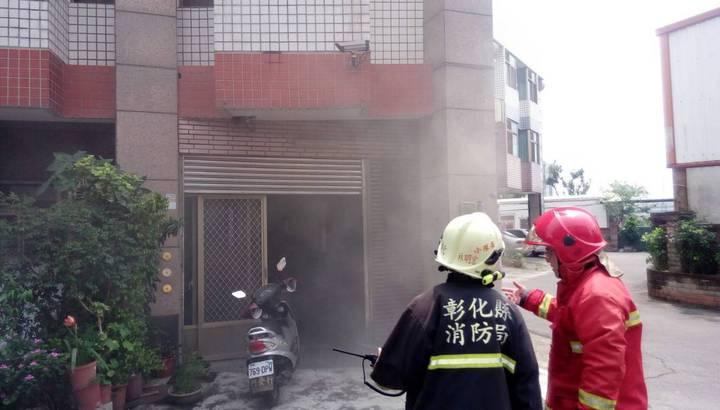 民宅地下室竄出濃煙。記者林敬家/翻攝