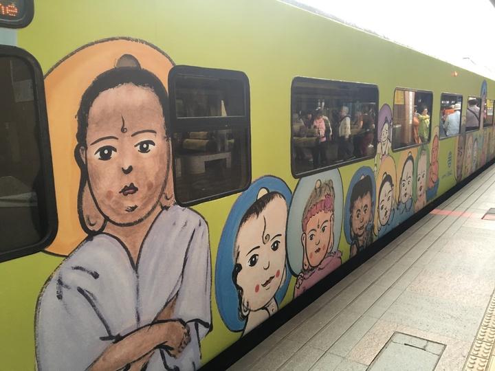 台鐵Q版觀音列車昨天抵達花蓮,乘客直呼「好Q!」。記者徐庭揚/攝影