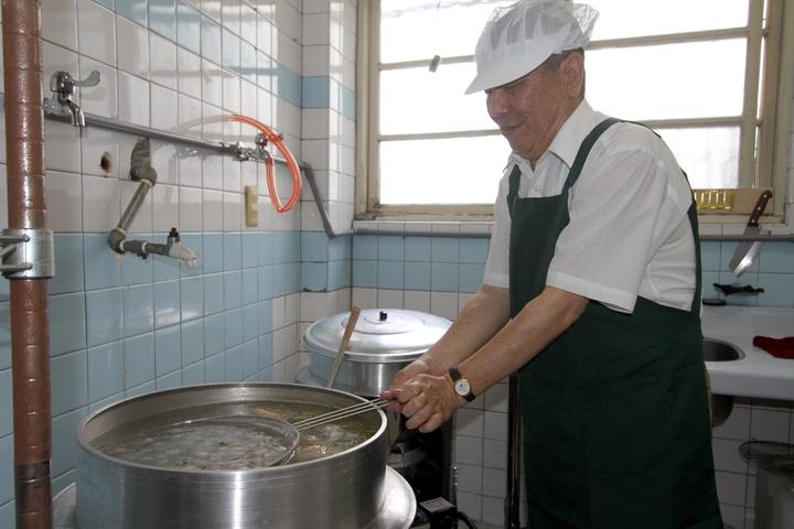 前立委蔡啟芳開小吃店,選用來自布袋的虱目魚、蚵仔,親自下廚傳承好味道。記者林伯驊/攝影