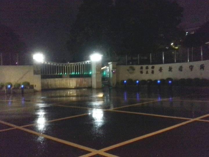 記者持續在台北看守所現場守候。記者甘育瑋/攝影