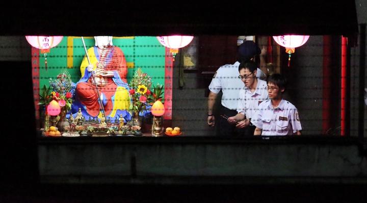 台北看守所槍決鄭捷後,執法人員到刑場旁向地藏王菩薩燒香。記者陳易辰/攝影